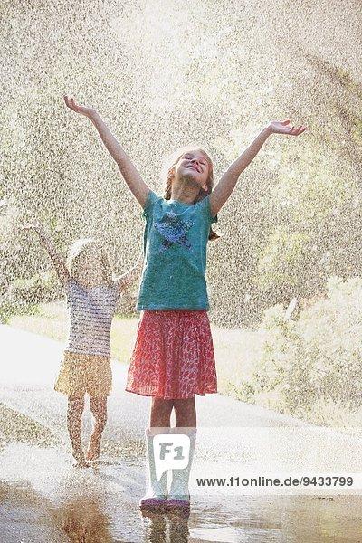 stehend,Wasser,Spritzer,offen,Straße,2,Mädchen