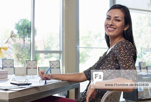 Porträt einer Verkäuferin  die im Schreibwarengeschäft tätig ist.