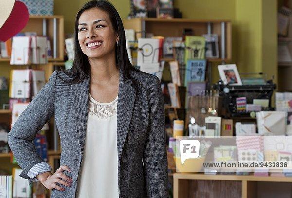 Portrait der Verkäuferin im Schreibwarengeschäft