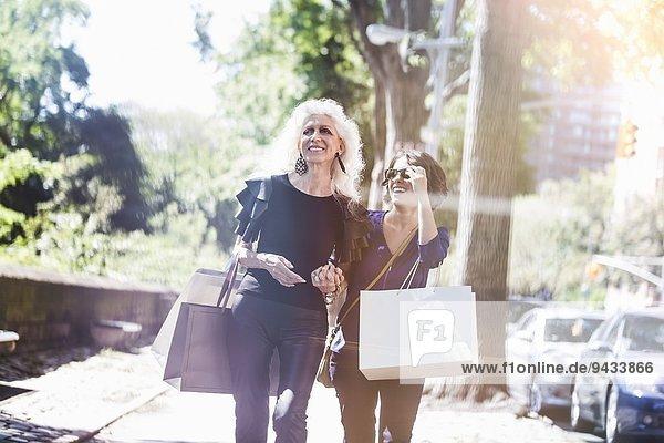 Junge Frau und ihr Mentor beim Einkaufen und Lachen auf der Straße  New York City  USA