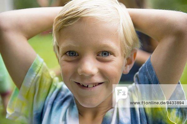 Portrait des Jungen im Garten Portrait des Jungen im Garten