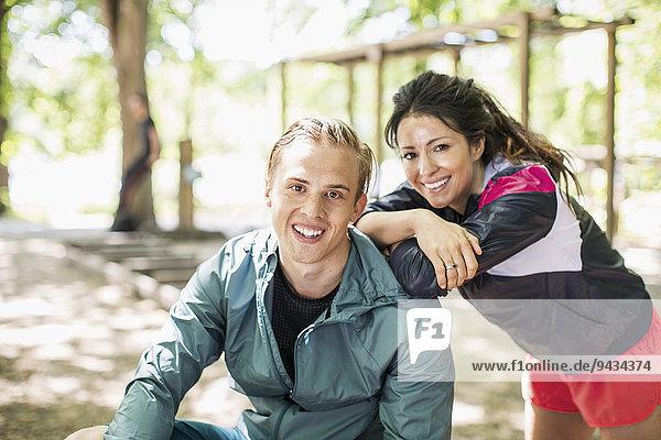 Porträt eines glücklichen multiethnischen Paares im Freiluftturnen