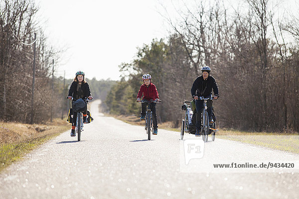 Volle Länge von Familienfahrrädern auf der Landstraße gegen den Himmel