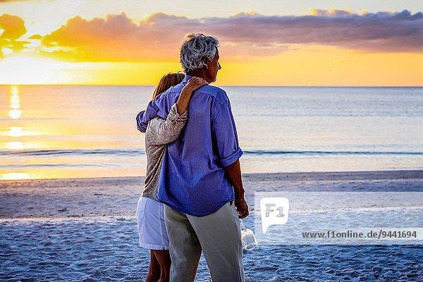Fröhlichkeit gehen Strand Sonnenuntergang Senior Senioren schlafen Schlüssel Romantik