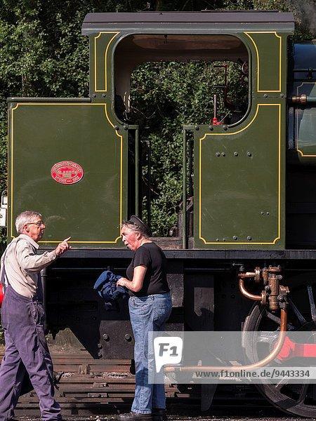 Feuerwehrmann Vorbereitung Großbritannien Geländer fahren Wasserdampf Zug Derbyshire Lokomotive
