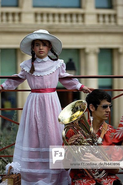 Fest festlich Tradition Dorf jung Mädchen Kleid Südfrankreich