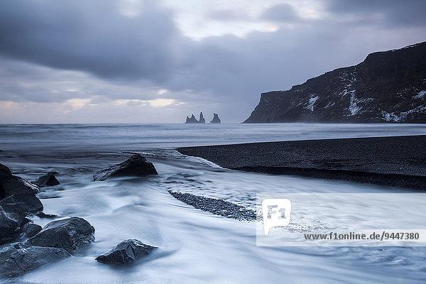 Reynisdrangar Felsnadeln  Vík í Mýrdal  Mýrdalur  Suðurland  Island  Europa