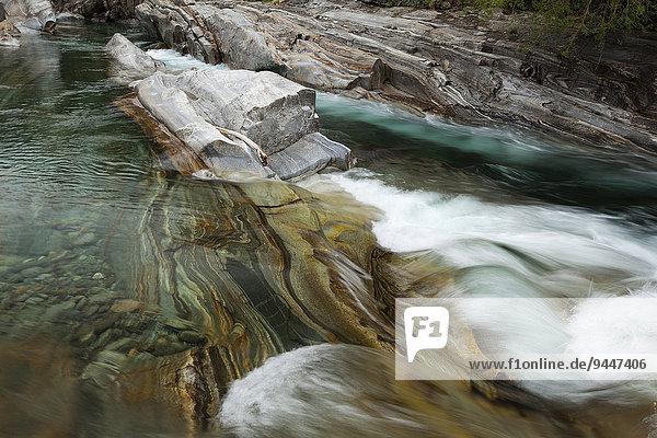 Auswaschungen im Fels am Fluss Verzasca  Lavertezzo  Valle Verzasca  Tessin  Schweiz  Europa