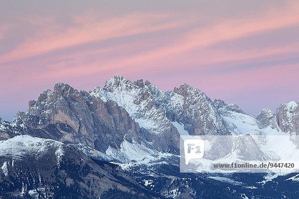 Abendrot über den Geislerspitzen im Winter  Saltria  Südtirol  Italien  Europa