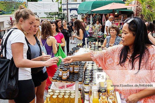 zeigen Frau Freiheit Angebot Dorf kaufen Würze verkaufen König - Monarchie Einkaufszentrum Bauernmarkt Hawaii hawaiianisch Honolulu Oahu Waikiki Beach