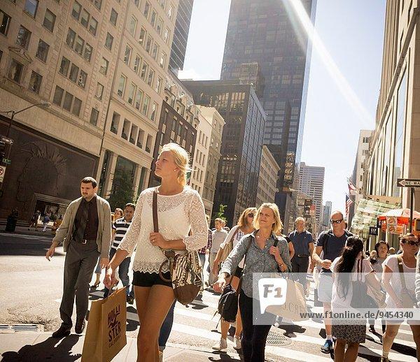 überqueren Straße beschäftigt Fußgänger Allee Kreuz neu