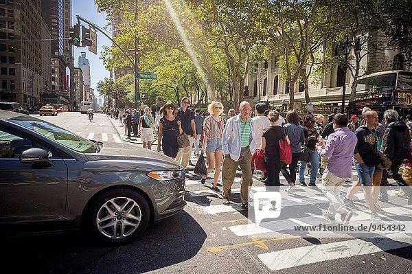 Autobahnkreuz Auto fangen Straße beschäftigt Fußgänger 42nd Street Allee
