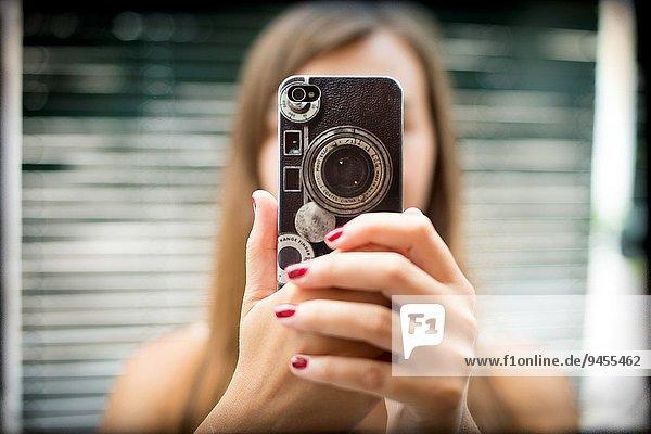 Handy blond Frau Fotografie nehmen halten frontal Kurznachricht jung