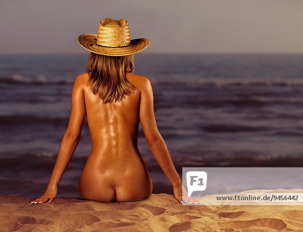 Am junge strand nackt frau Junge Frau