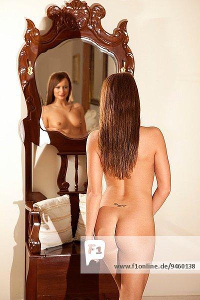 junge Frau junge Frauen Schönheit Wohnhaus Innenaufnahme Reichtum