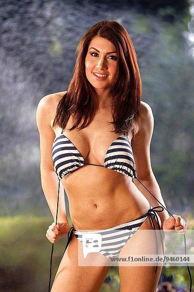 junge Frau junge Frauen Schönheit Bikini Garten Kleidung