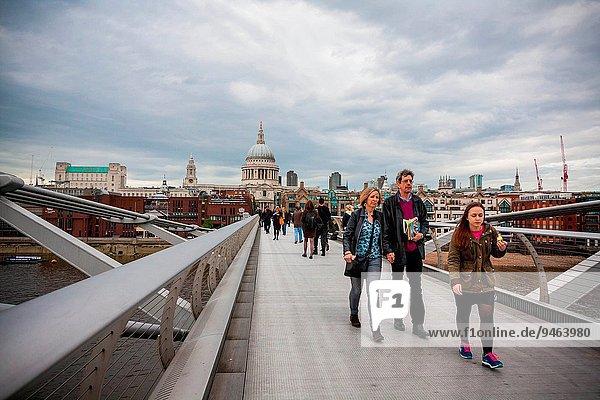 Mensch Menschen gehen Großbritannien London Hauptstadt Brücke Hintergrund Kathedrale St. Pauls Cathedral Jahrtausend