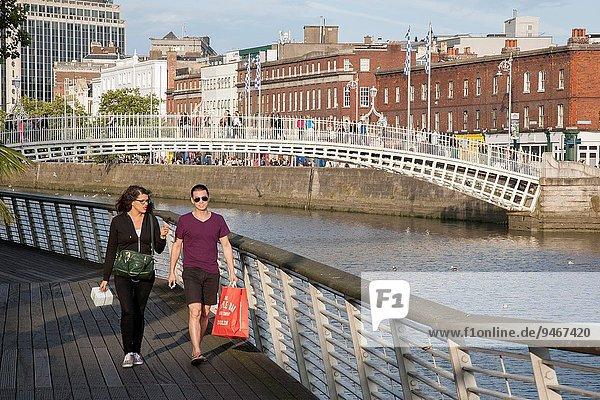 Dublin Hauptstadt gehen Fluss jung vorwärts Irland