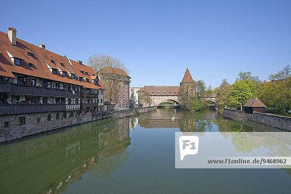 Fluss Pegnitz mit Hallertor und Kettensteg  Nürnberg  Mittelfranken  Franken  Bayern  Deutschland  Europa