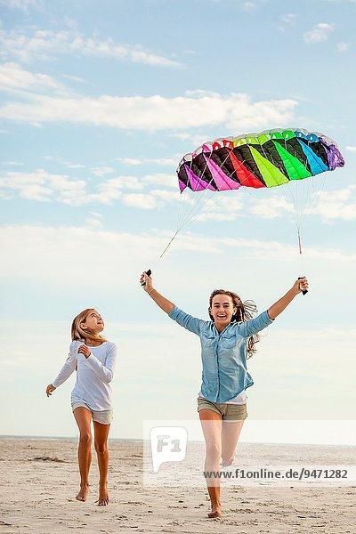 Farbaufnahme Farbe Strand Schwester Himmel über rennen 2