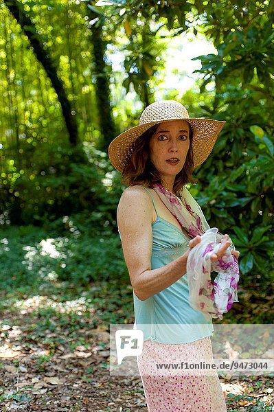 Außenaufnahme Portrait Frau sehen Hut Blick in die Kamera Kleidung alt freie Natur rothaarig Jahr