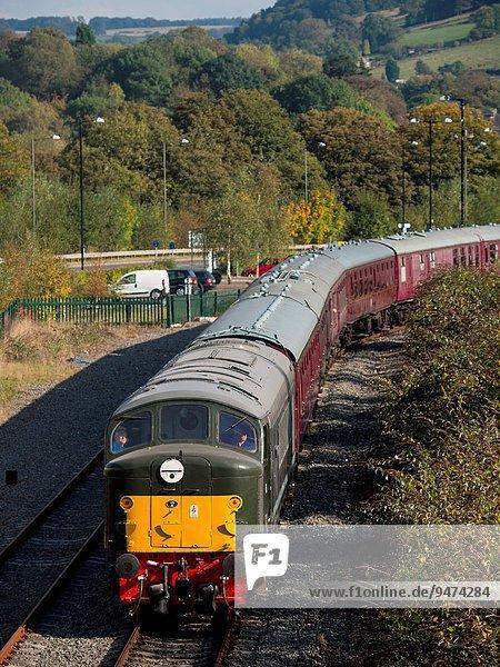 Flussufer Ufer Großbritannien Retro Fehler bereuen Genauigkeit Derbyshire Diesel Lokomotive Haltestelle Haltepunkt Station