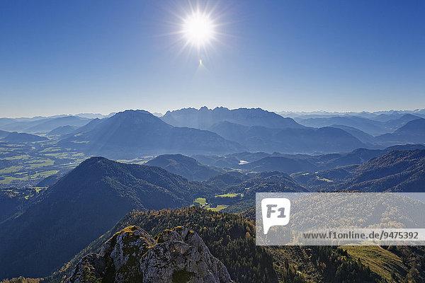 Ausblick vom Brünnstein im Mangfallgebirge nach Südosten  hinten das Kaisergebirge in Tirol  Oberbayern  Bayern  Deutschland  Europa