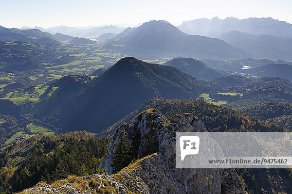 Ausblick vom Brünnstein im Mangfallgebirge über das Inntal  hinten rechts das Kaisergebirge in Tirol  Oberbayern  Bayern  Deutschland  Europa