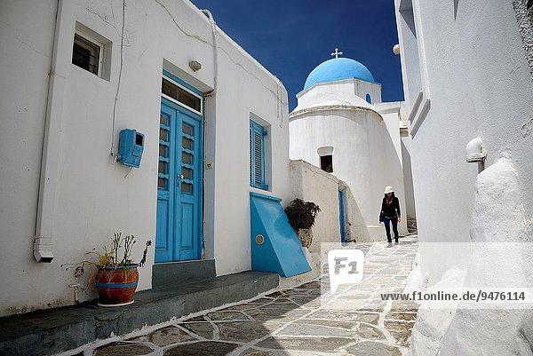 Kuppel Frau gehen klein Straße Kirche Dorf Insel blau Griechenland Ägäisches Meer Ägäis Kuppelgewölbe griechisch schmal