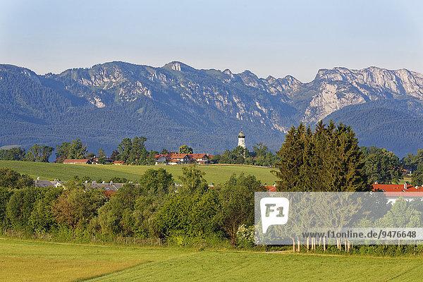 Ausblick auf die Ortschaft  Gaißach  Isarwinkel  Oberbayern  Bayern  Deutschland  Europa