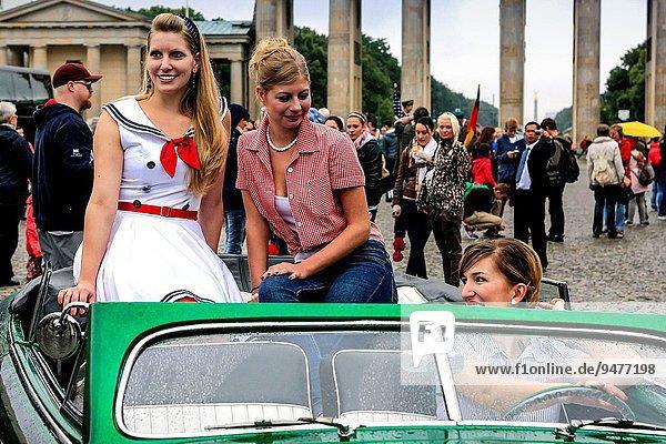 Berlin Hauptstadt Kleidung Auto Modell Fotograf fünfziger Jahre 50er Pose Show