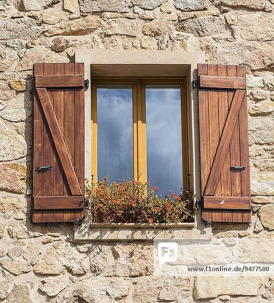 Fenster mit braunen Fensterläden  Piana  Korsika  Frankreich  Europa