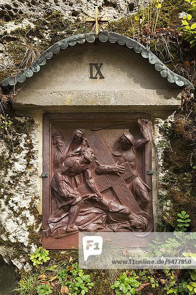 Kreuzweg Station VIX in einer Felswand  Reliefdarstellung in Gusseisen von Georg Kemper  deutscher Bildhauer  Gößweinstein  Oberfranken  Bayern  Deutschland  Europa