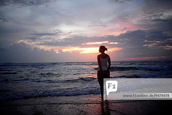 junge Frau junge Frauen Fröhlichkeit Strand Sonnenuntergang