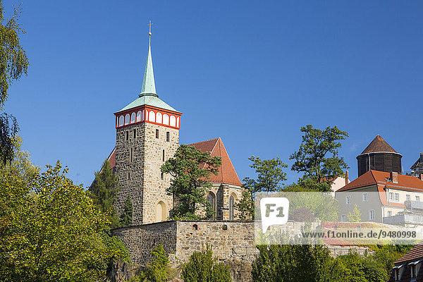 Stadtmauer nahe der Spree mit Michaeliskirche und Wasserturm  Bautzen  Sachsen  Deutschland  Europa