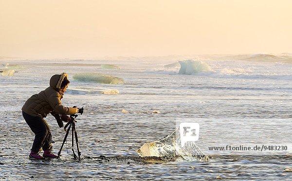 nehmen Strand waschen Eis schwarz Sand Fotograf groß großes großer große großen Gemälde Bild Küste kalben Island