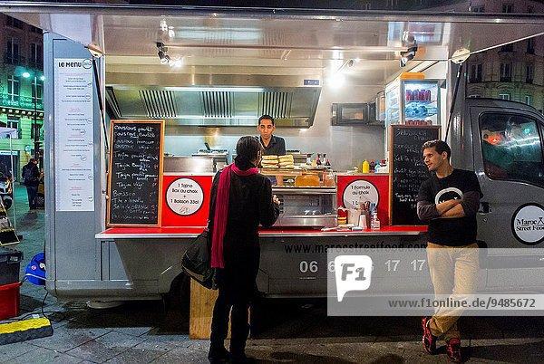 Außenaufnahme Paris Hauptstadt Frankreich Lebensmittel französisch Heiligtum Lastkraftwagen Haltestelle Haltepunkt Station Zug bei Nacht