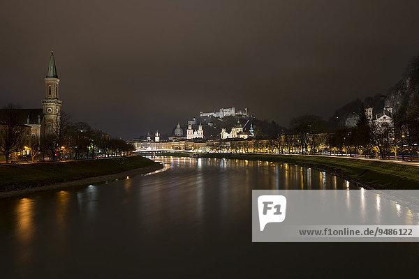 Stadtansicht  Nachtaufnahme  Ausblick von der Salzach aus  mit Festung Hohensalzburg und Dom  Salzburg  Österreich  Europa