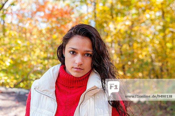 Frau sehen Wald braunhaarig Herbst Blick in die Kamera 19 gerade alt Jahr