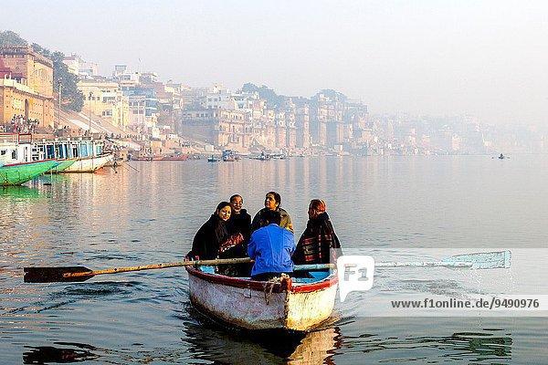 nehmen fahren Boot Fluss Heiligkeit Hinduismus Ganges Pilgerer Indien mitfahren Uttar Pradesh Varanasi