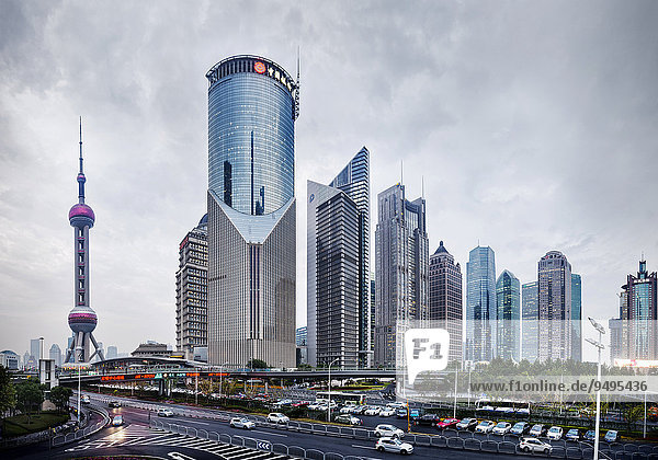 Oriental Pearl Tower und moderne Gebäude in Lujiazui  Pudong  Shanghai  China  Asien