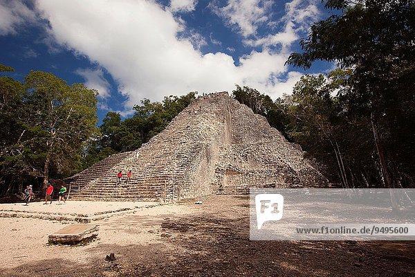 pyramidenförmig Pyramide Pyramiden hoch oben Großstadt Tourist Ausgrabungsstätte Nordamerika Mexiko Maya klettern Quintana Roo