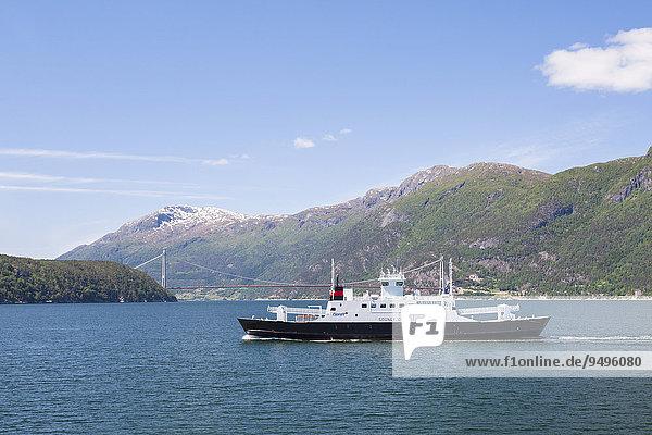 Fjord 1 Fähre Sognefjord  durchquert den Hardangerfjord  hinten Hardangerbrücke  Hordaland  Norwegen  Europa