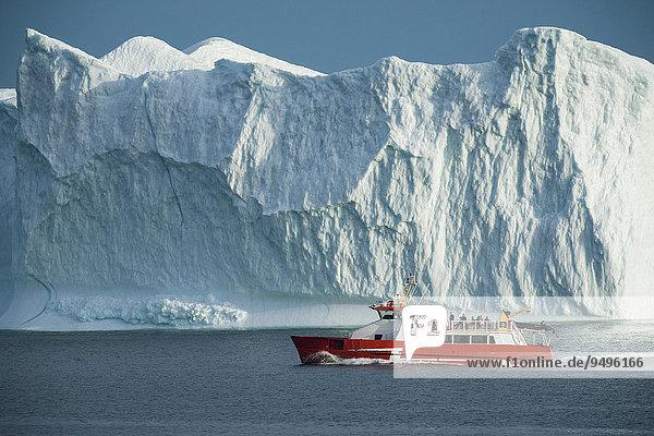 Eine Disko-Line Fähre fährt an einem Eisberg vorbei  Qeqertarsuaq  Diskobucht  Grönland