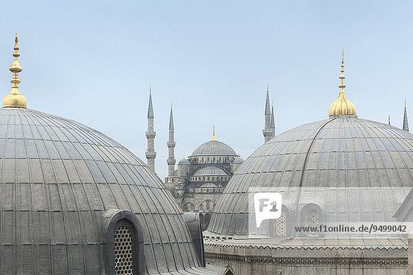 Sultan-Ahmed-Moschee zwischen Kuppeln der Hagia Sophia  Istanbul  Türkei  Asien