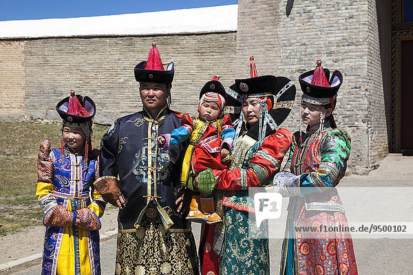 Familie in alter traditioneller Kleidung  Mongolei  Asien
