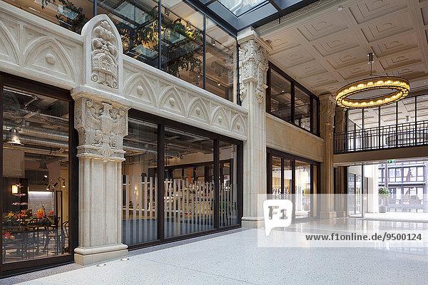 Kaisergalerie  Edelläden  Lichthof mit Terrazzo-Boden  Design-Ringleuchte an renovierter Kassettendecke und 7 50 Meter hohe Sandsteinsäule mit gemeißelten Kronen und Ornamenten  Hamburg  Deutschland  Europa