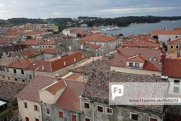 Glockenturm Großstadt Geschichte hoch oben Draufsicht Basilika Belfried Kroatien Istrien