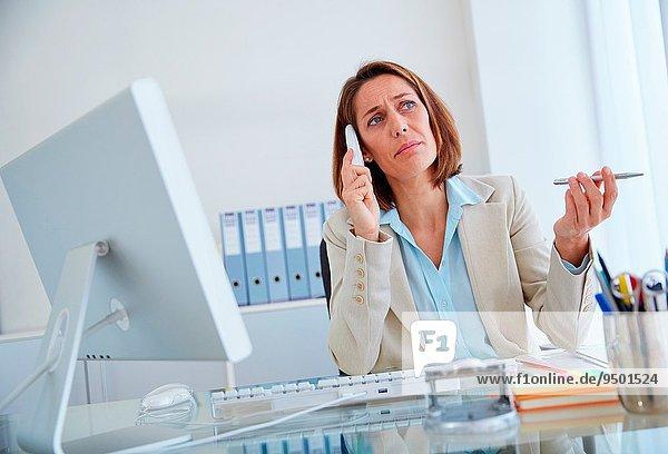 Frau sprechen Büro Chef