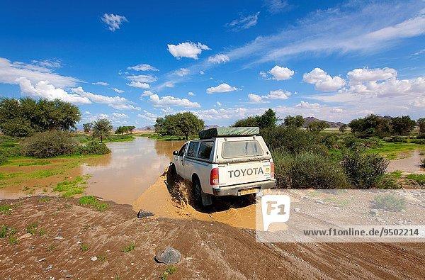 überqueren Auto Regen Fluss Namibia Namib Jahreszeit